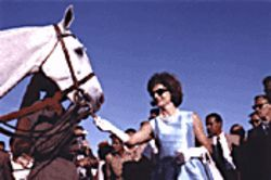 Only Jackie O. could look this glamorous feeding a horse.