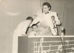 Don Francisco with younger contestants during Sábado Gigante's inaugural year.